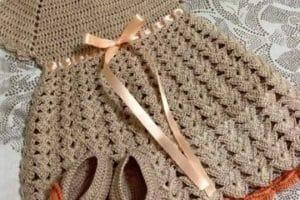 Bonitos y sencillos trajes de crochet para bebes y niñas