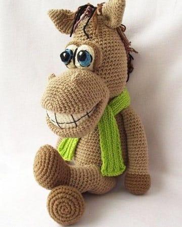 caballos tejidos a crochet sonriente