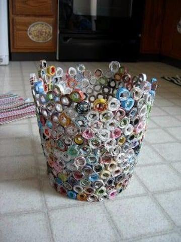 canasta de periodico trenzada decoradas