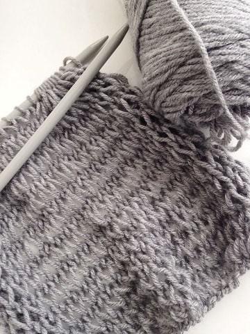 muestras de tejidos en dos agujas en gris