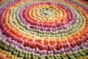 Decora con estas lindas alfombras de totora al crochet