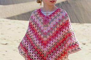 Los más adorables y cálidos ponchos tejidos para niña