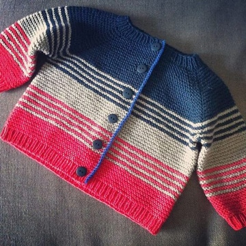 saquito de bebe a crochet de rayas