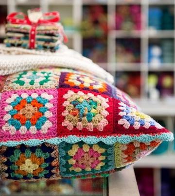 cojines tejidos a gancho de colores