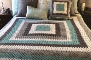 Los tendidos de cama en crochet, figuras y colores de moda