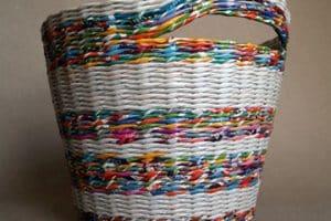 La canasta de periodico trenzada como obra artesanal útil