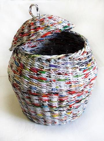 canasta de periodico trenzada con tapa