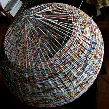 canasta de periodico trenzada de colores