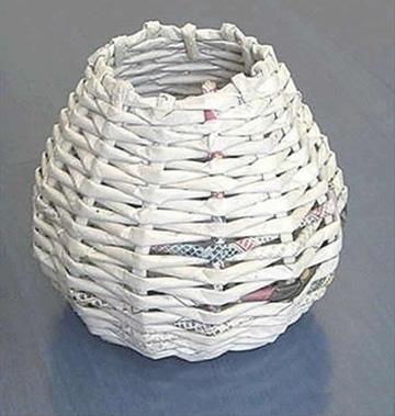 como hacer canastas de papel periodico trenzadas