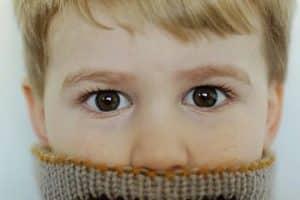 Curiosidad y modernidad al usar cuellos tejidos para niños