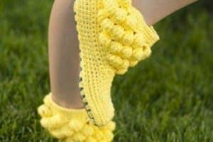Las botas tejidas a crochet para mujer a tono con el estilo