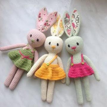 conejo tejido a crochet con vestido