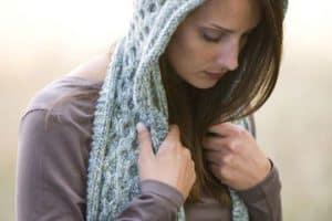 Los gorros y bufandas tejidas que calentarán tus días fríos