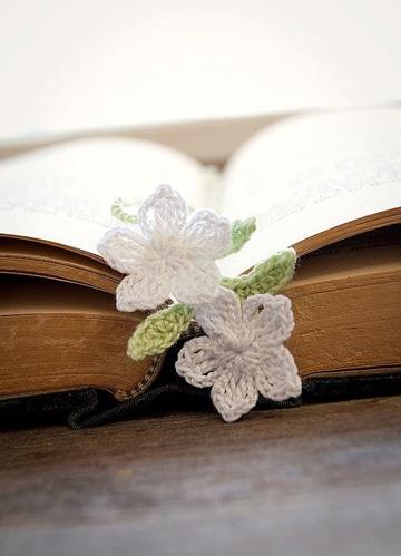 separadores de libros tejidos con flores