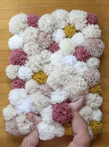como hacer una alfombra con lana pompones