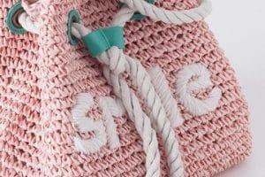 Originales y modernos bolsos tejidos a crochet para niña
