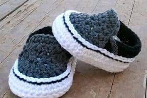 Fotos e indicaciones sobre como hacer zapatitos de lana