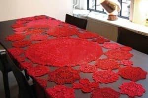 Los manteles navideños a crochet para mesas encantadoras