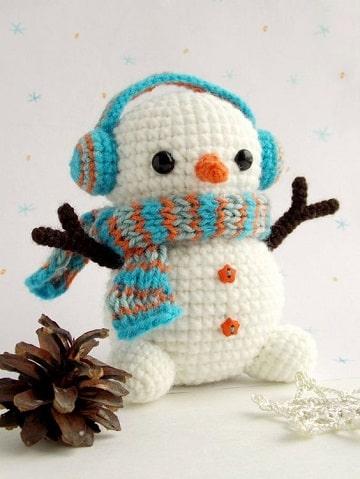 muñeco de nieve tejido a crochet con bufanda