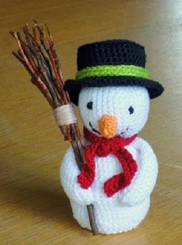muñeco de nieve tejido a crochet con escoba
