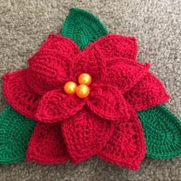 flores navideñas a crochet con adorno