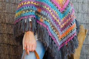 Hermosos modelos de ponchos tejidos de moda para mujeres