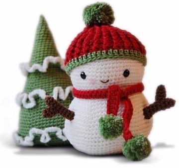 muñeco de nieve con estambre y arbol navideño