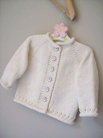 saquitos tejidos para niñas en blanco