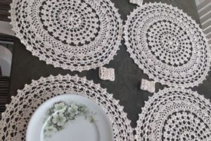 Los tapetes redondos a crochet para decorar tus muebles