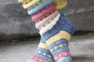Los calcetines tejidos a dos agujas vigentes como nunca