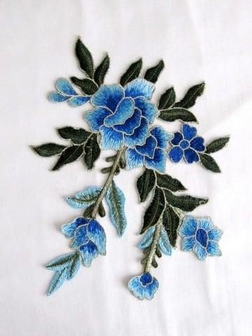 parches de flores bordadas azules