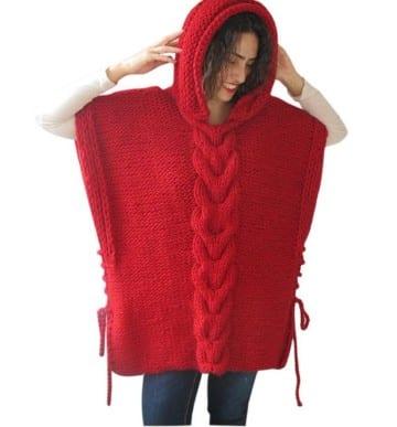 poncho con capucha a crochet rojo