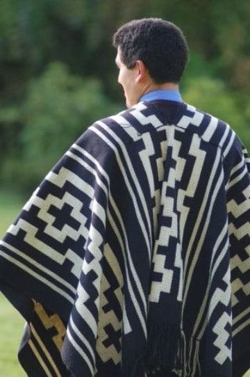 ponchos tejidos para hombres blanco y negro