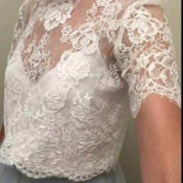 modelos de blusas con encaje manga corta