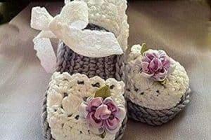 Las sandalias tejidas para bebe dulces y de varios diseños