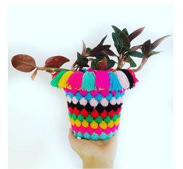 macetas tejidas al crochet con pompones