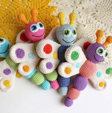 sonajeros tejidos al crochet de mariposa