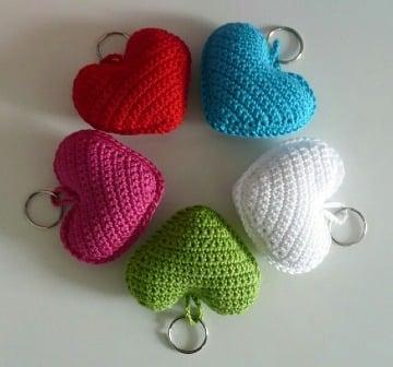 corazones tejidos a crochet para llaveros