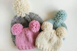 Preciosos diseños de gorros con pompones para bebe