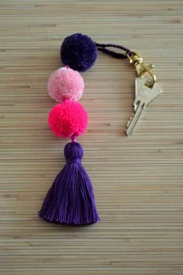 como hacer pompones con lana con la mano