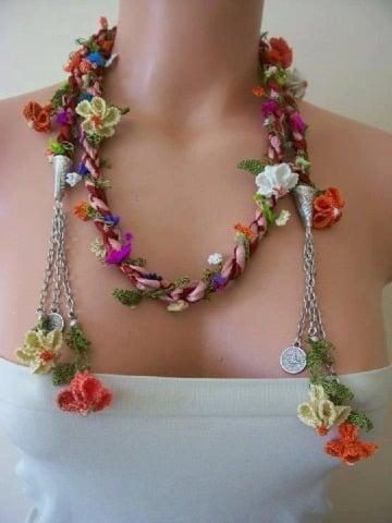 como hacer collares con flores tejidas