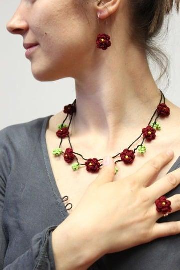 modelos de collares con flores tejidas