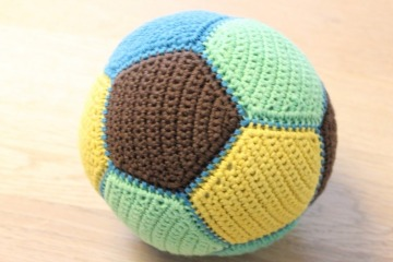 pelotas tejidas a crochet para niños