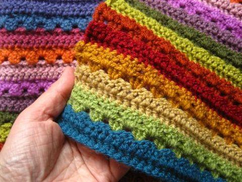 cubrecamas a crochet de colores puntos en lineas