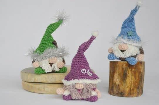 gnomos tejidos al crochet coloridos