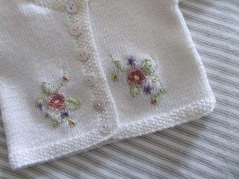 bordados en lana a mano sobre chambritas