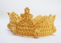 Una corona tejida a crochet con ganchillo del numero 5