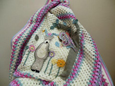 cobijas tejidas para bebe con grabados y figuras
