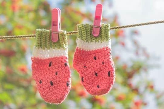 medias a crochet para bebe con tematica de colores
