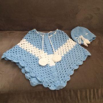 ponchos a crochet para niñas con pompones